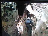 洞窟を探検する男たち